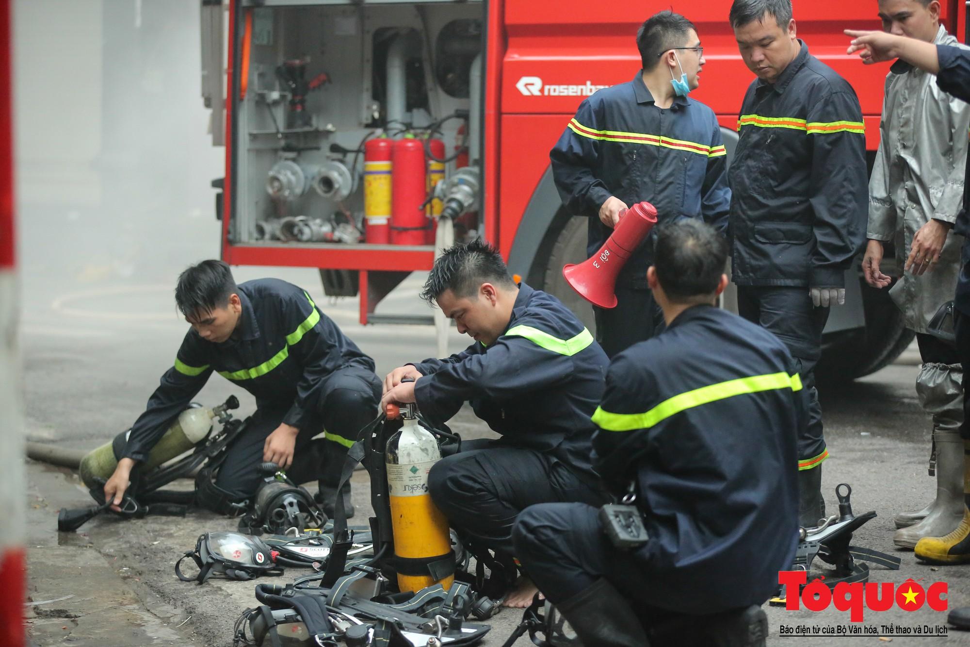 Hà Nội: Cháy khách sạn trên phố cổ, gần 30 người được đưa ra khỏi đám cháy - Ảnh 10.