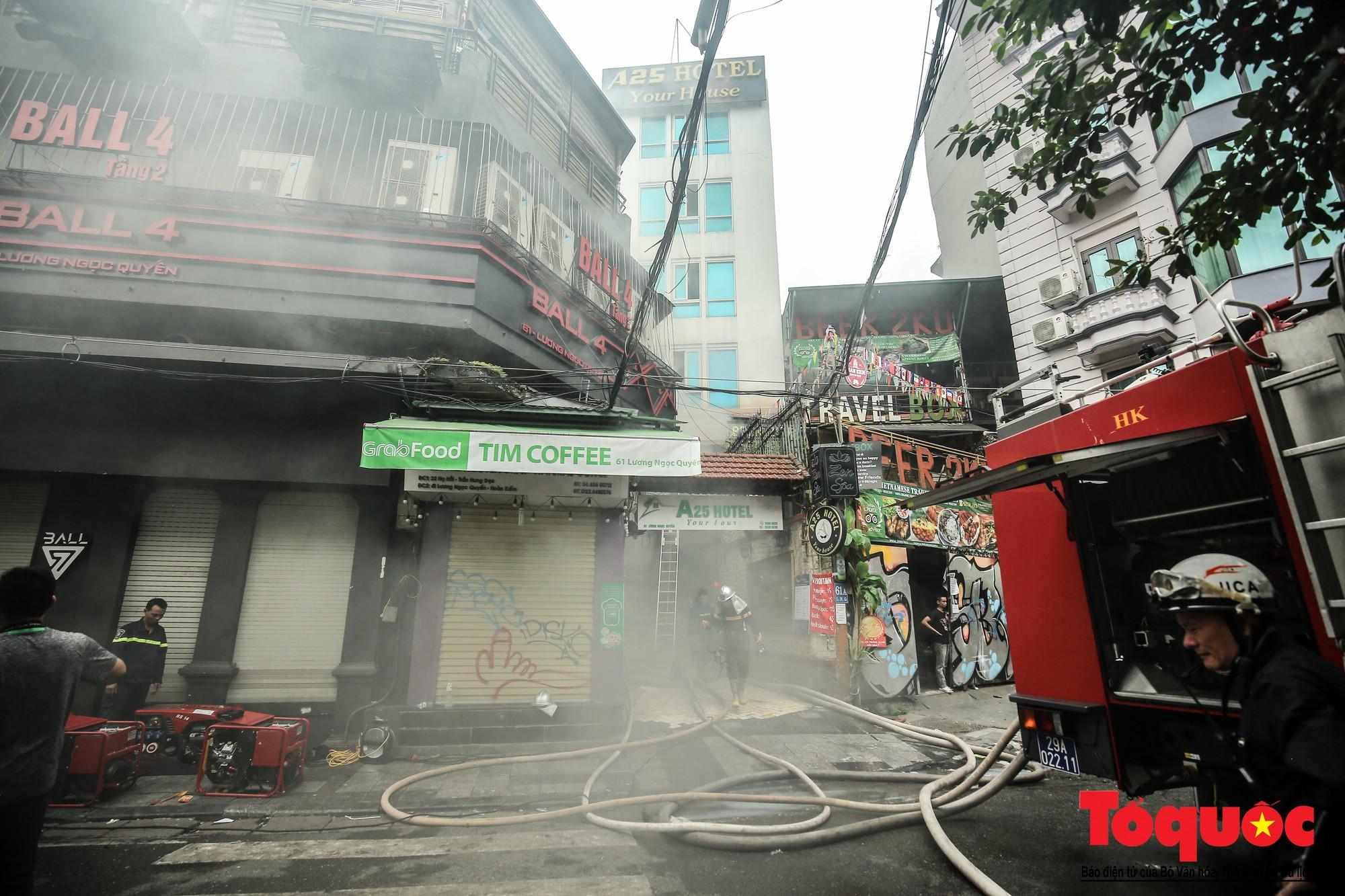 Hà Nội: Cháy khách sạn trên phố cổ, gần 30 người được đưa ra khỏi đám cháy - Ảnh 1.