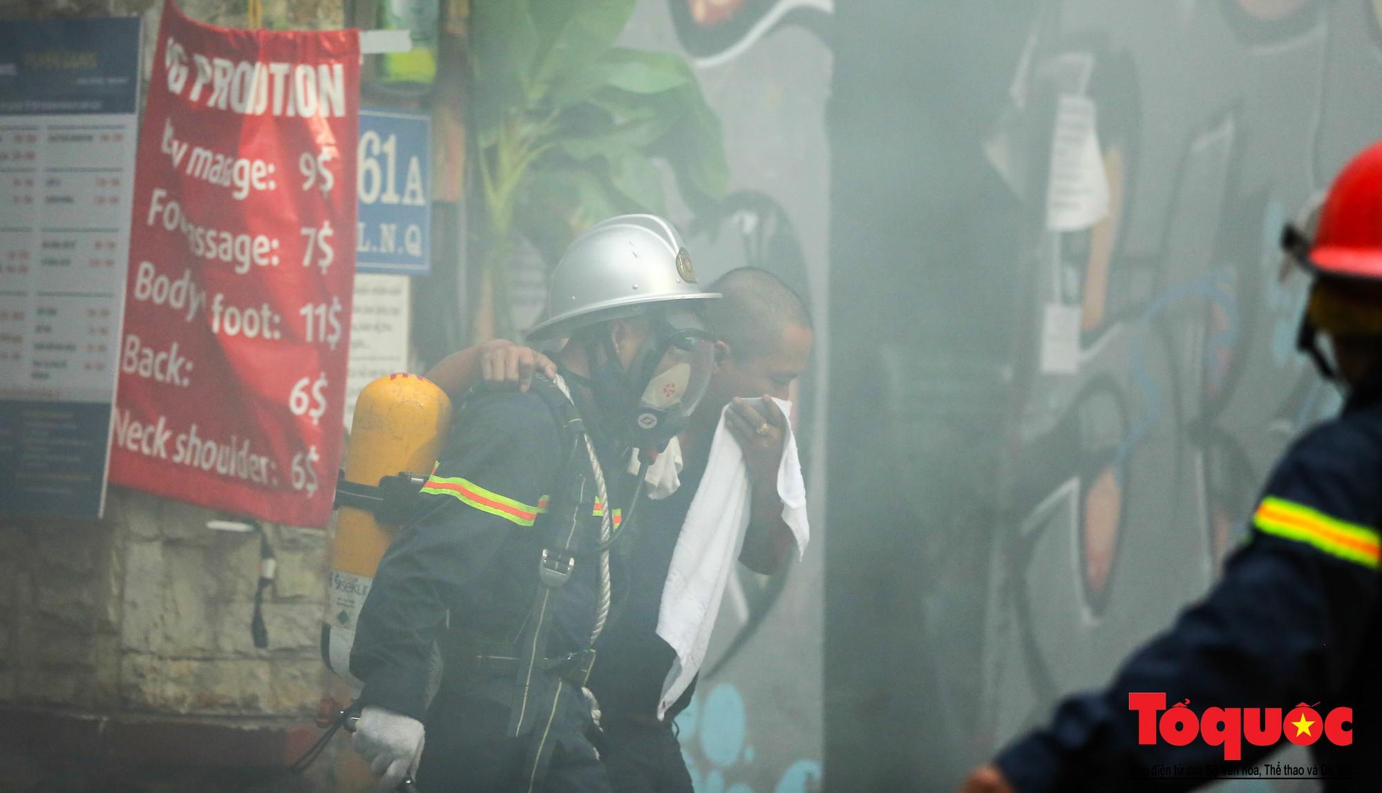 Hà Nội: Cháy khách sạn trên phố cổ, gần 30 người được đưa ra khỏi đám cháy - Ảnh 4.