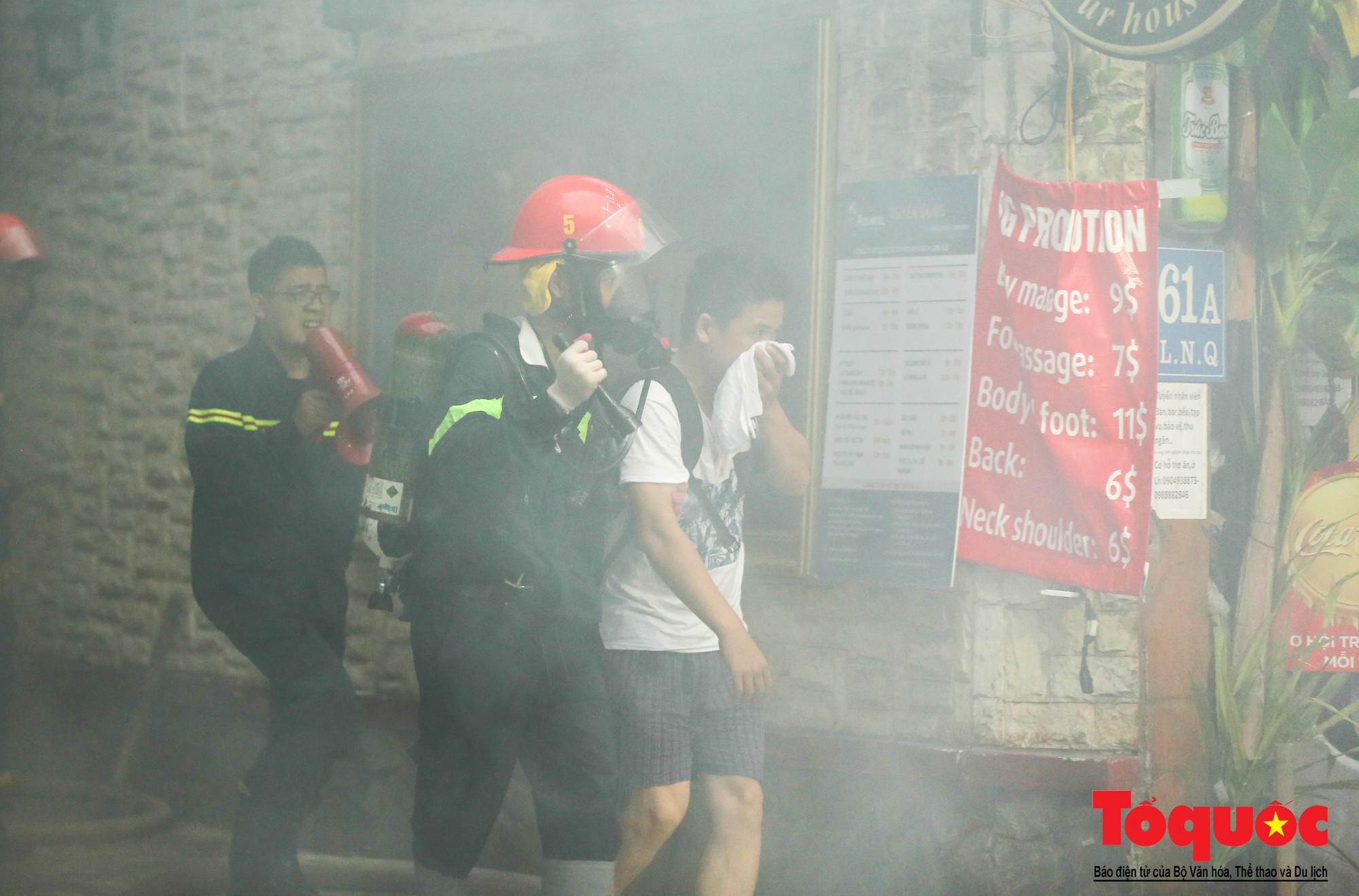 Hà Nội: Cháy khách sạn trên phố cổ, gần 30 người được đưa ra khỏi đám cháy - Ảnh 3.