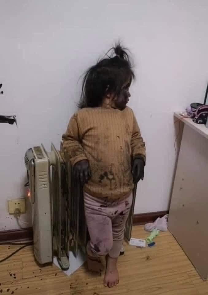 Kiếm được hộp mực, bé gái tạo nên tác phẩm khiến phụ huynh hốt hoảng - Ảnh 2.