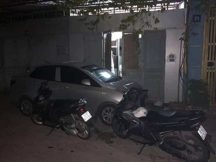 Đỗ ô tô thách thức mọi giới hạn, chủ nhà ngủ trên đường cả đêm, người bên trong không bước nổi 1 chân ra ngoài - Ảnh 2.