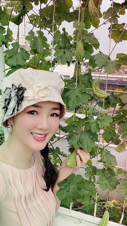Hoa hậu Giáng My trồng rau và hoa quanh biệt thự trong lúc ở nhà trốn Covid-19 - Ảnh 1.