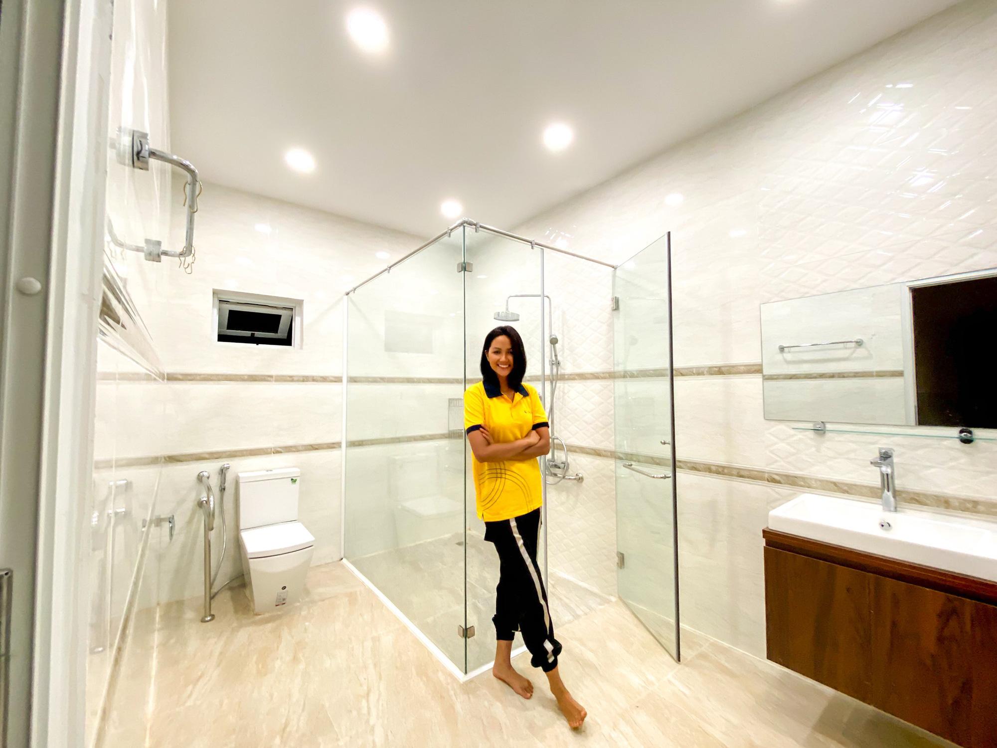 Hoa hậu H'Hen Niê gói trọn tình thương trong ngôi nhà mới xây cho bố mẹ - Ảnh 2.