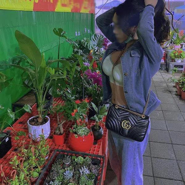 Cô gái ăn mặc hở bạo đi chợ hoa Tết - Ảnh 2.