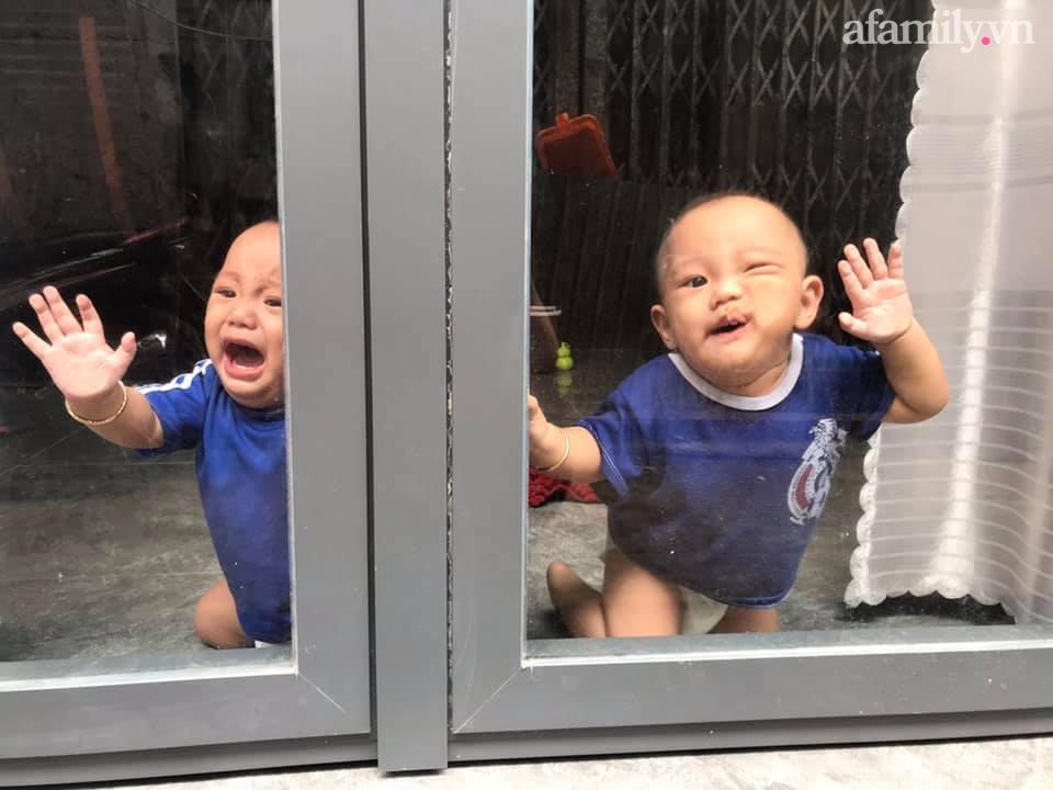 """Nhờ chồng trông con để ra ngoài, mẹ trẻ quay về thấy 2 bé khóc ầm ĩ ở cửa, nhìn vào trong nhà thì """"hạn hán lời"""" - Ảnh 1."""