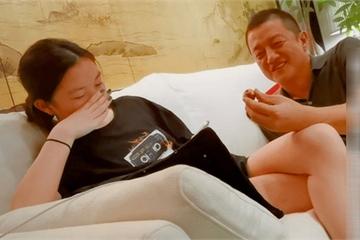 Lý Á Bằng luôn được khen là người cha vĩ đại bỗng gây tranh cãi vì một bức ảnh nhạy cảm cùng con gái 15 tuổi