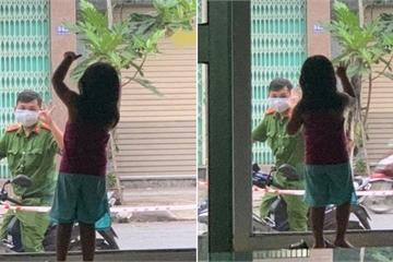 Xúc động hình ảnh chiến sĩ công an vẫy chào con gái qua khung cửa kính ở Đà Nẵng