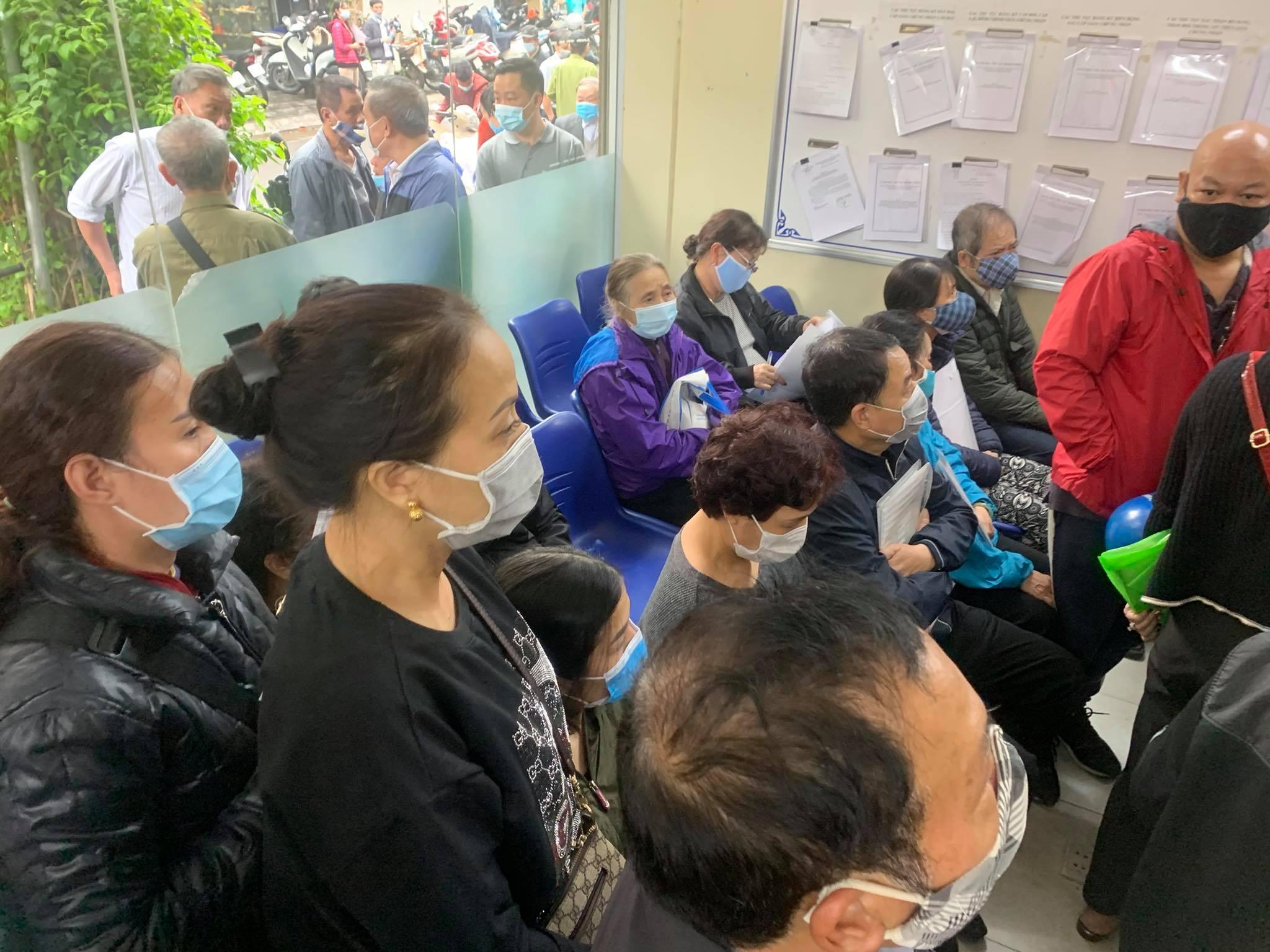 """Chùm ảnh: Người dân thủ đô Hà Nội """"ùn ùn"""" đi trả nợ tiền sử dụng đất trước ngày 1/3 - Ảnh 7."""