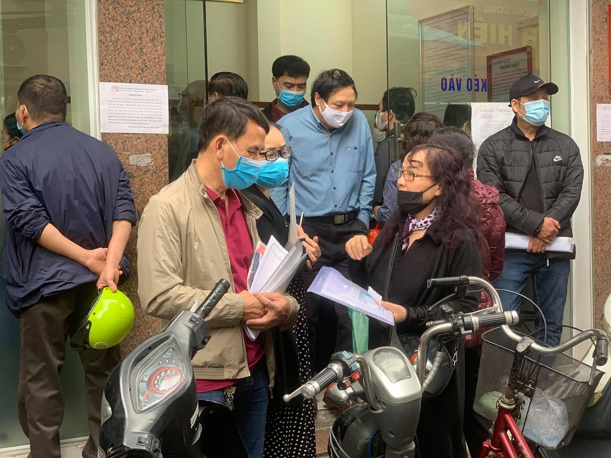 """Chùm ảnh: Người dân thủ đô Hà Nội """"ùn ùn"""" đi trả nợ tiền sử dụng đất trước ngày 1/3 - Ảnh 8."""