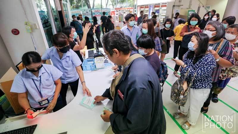 Hình ảnh dân châu Á xếp hàng dài 'miên man' mua khẩu trang