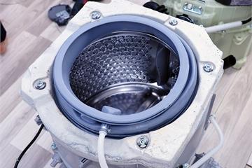 Tại sao bên trong máy giặt lồng ngang găm tới vài chục cân bê tông?