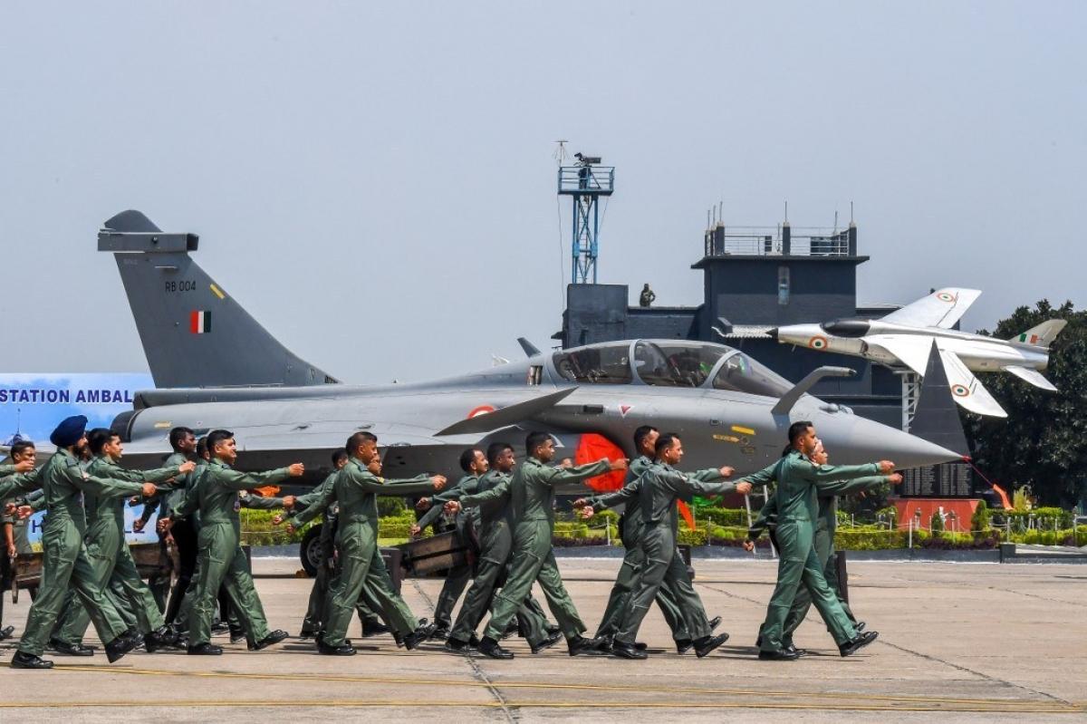 Không quân Ấn Độ diễu binh qua tiêm kích Rafale trong buổi lễ biên chế. Ảnh: AFP.