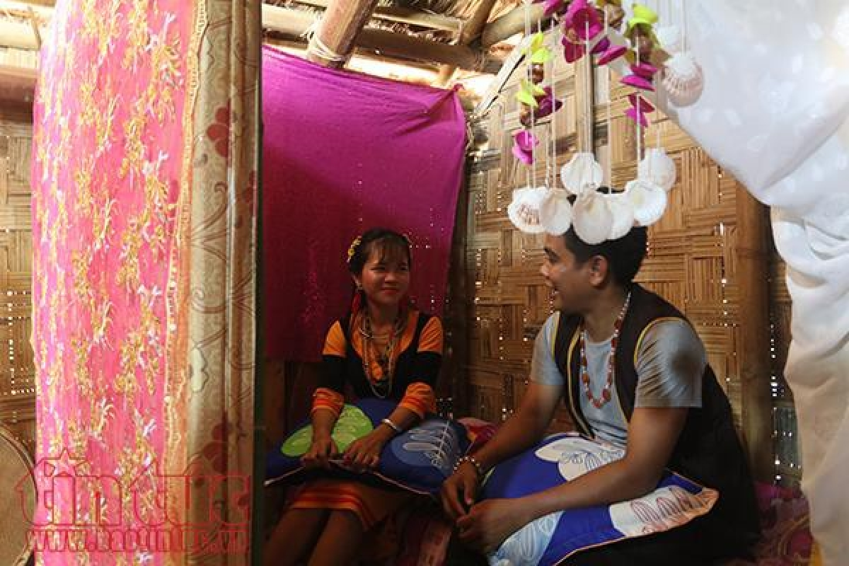 While dating, a Raglai boy and girl are allowed to sleep together but not to have sex. (Photo: baotintuc.vn)