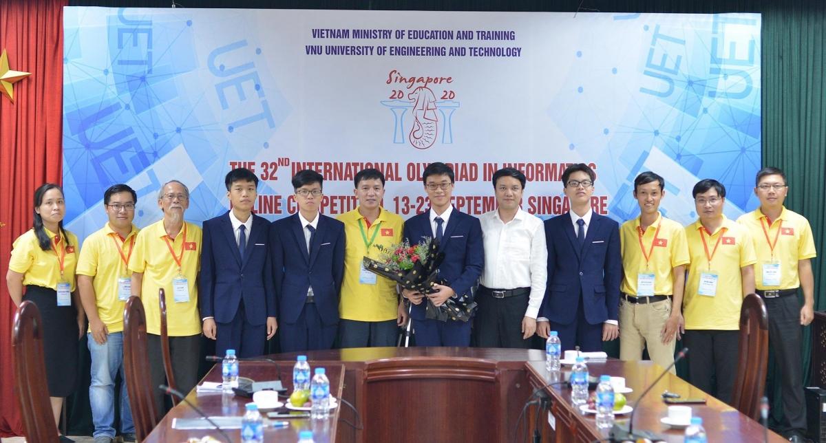 Four Vietnamese students take a photo with their teachersat the International Olympiad in Informatics