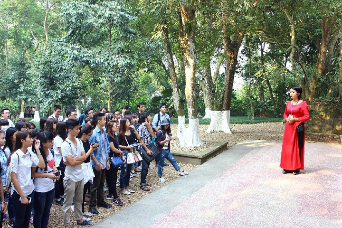 Students tour the K9 relic site. (Photo: nhandan.com.vn)