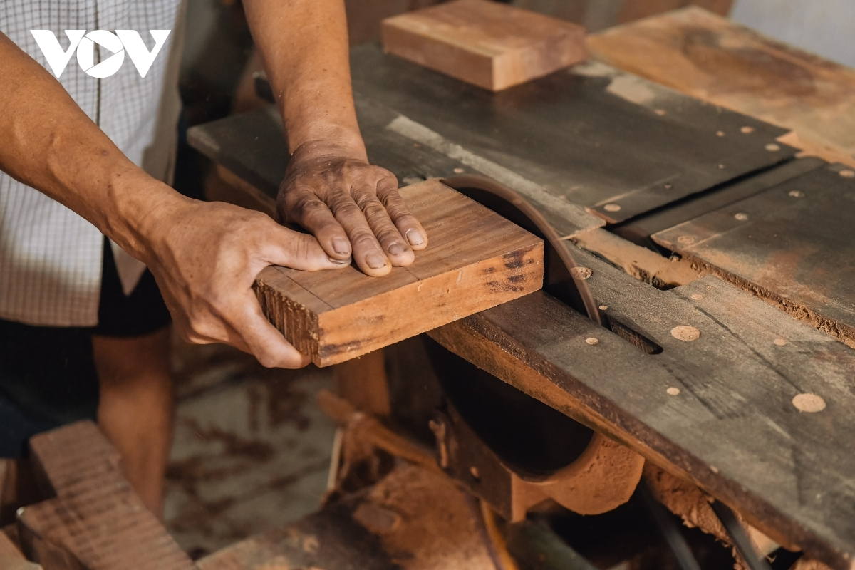 New machinery is used to help the artisan reduce the time it takes to smoothen the mould.