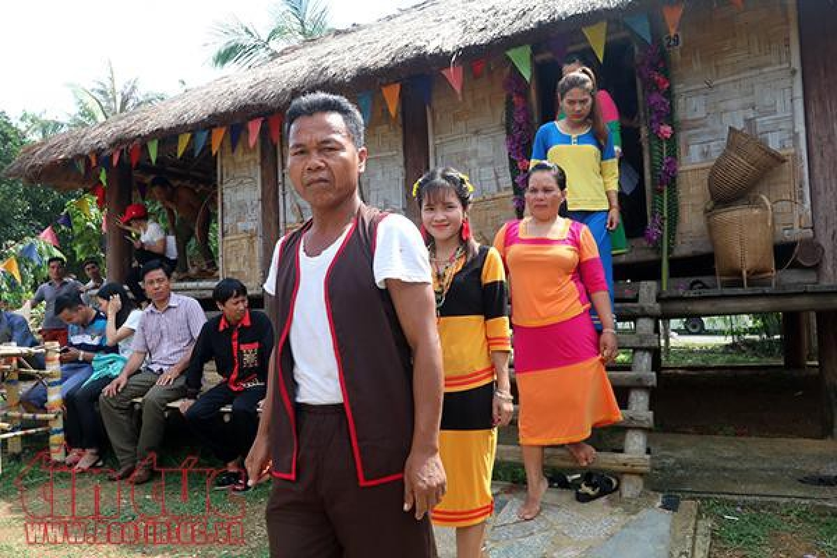 The main wedding ceremony of the Raglai is held at the bride's family. (Photo: baotintuc.vn)