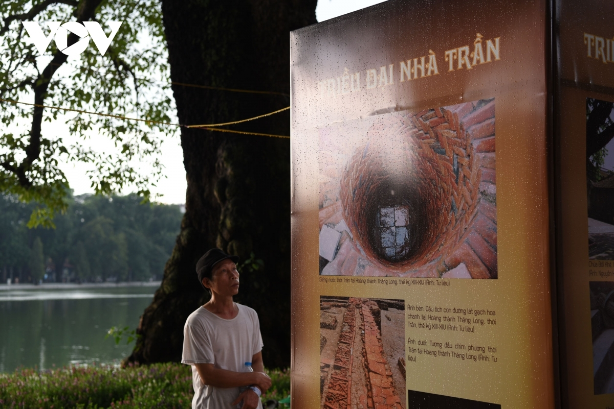 An outdoor exhibition aimed at introducing the histories of the Ly, Tran, and Le dynasties is held on the banks of Ho Guom, Sword lake in English, to celebrate 1,010 years of Thang Long-Hanoi.