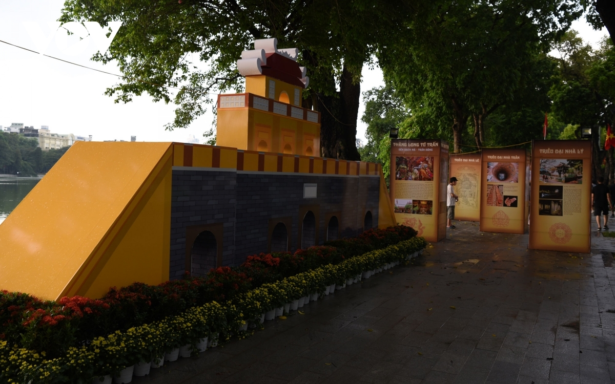 A model featuring a small recreation of the old Thang Long royal citadel appears next to Ho Guom.