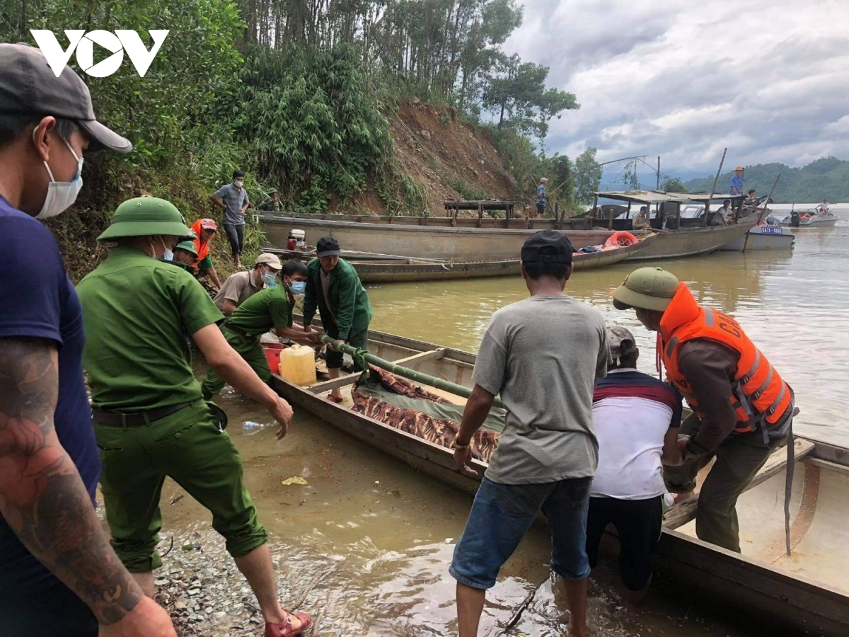 Rescue teams are able to recover the body of the first victim of the landslide and transfer it to a waiting boat.