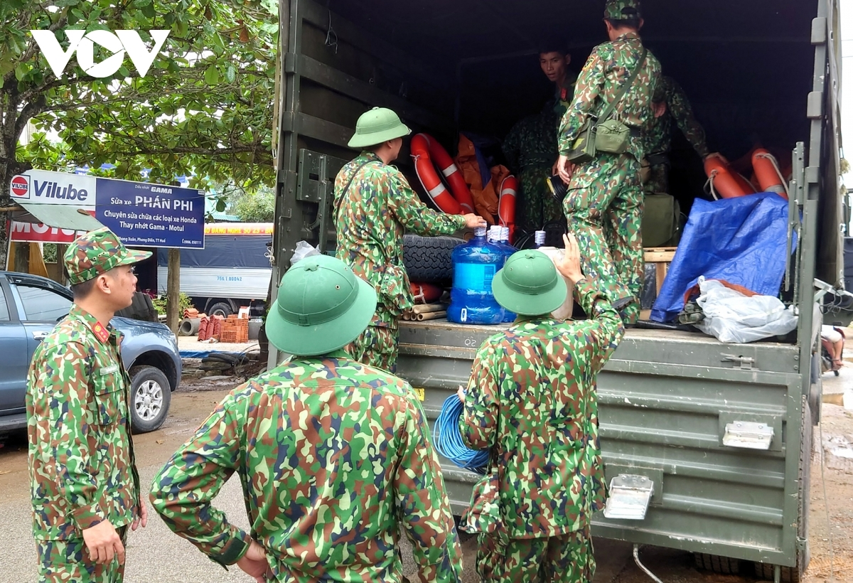 Military forces gather in front of the Phong Xuan commune People's Committee