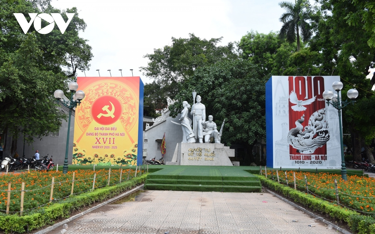 Two large posters that celebrate 1,010 years of Thang Long-Hanoi, from 1010 to 2020, and the 17thHanoi Party Congress for the 2020-2025 term are carefully placed on Dinh Tien Hoang street.