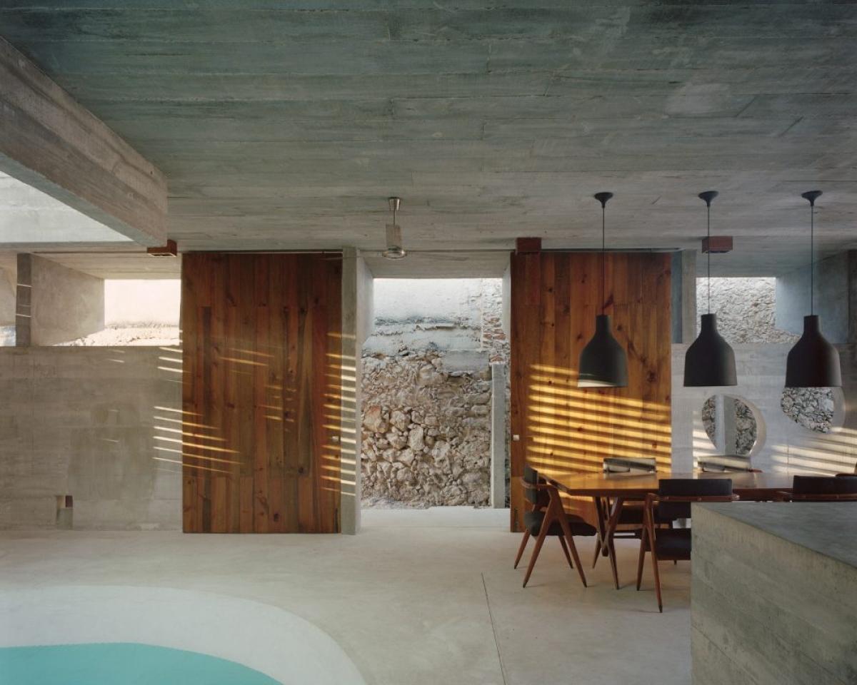 Những bức tường gỗ kết hợp giúp không gian đỡ phần nào sự cứng nhắc, thô sơ.