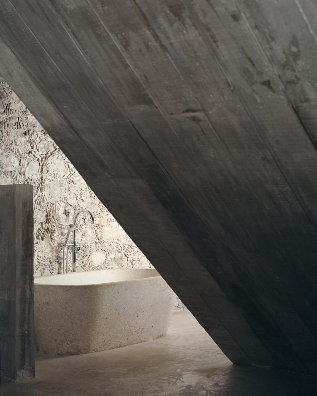 Những nét thô sơ, bê tông trần được giữ nguyên trong phòng tắm mang lại một không gian độc đáo, lạ mắt./.
