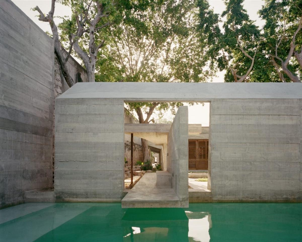 Một bể bơi lớn phía sau bức tường bê tông, quá hấp dẫn và thú vị phải không nào?