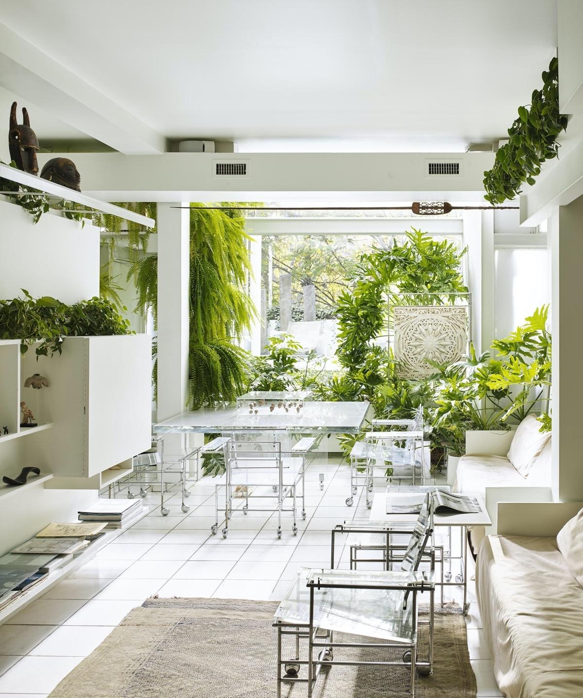 Thú vị hơn là bê hẳn bàn ghế ăn ra bên ngoài khu vực trồng cây xanh. Quá mát mẻ và trong lành./.