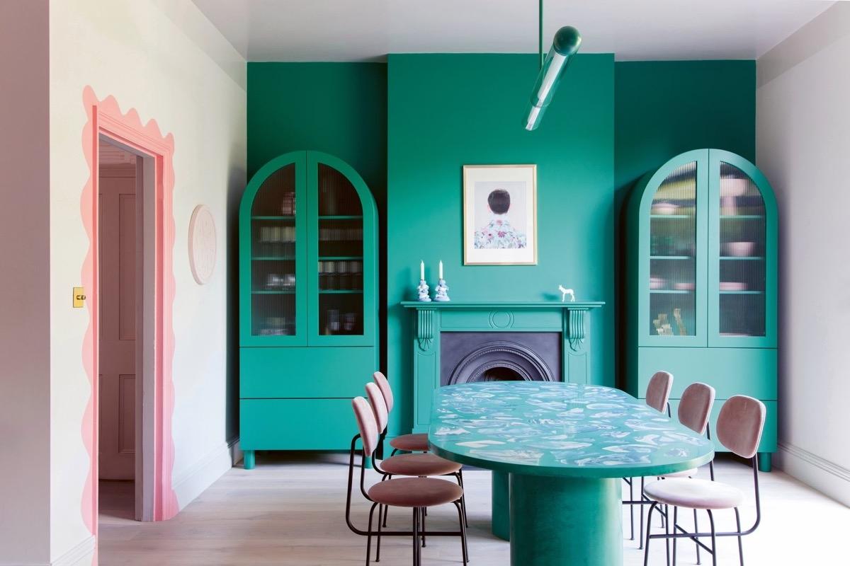 Một căn phòng ăn đầy sức sống, tinh tế nhờ trang trí hoàn toàn bằng màu xanh ngọc lam.