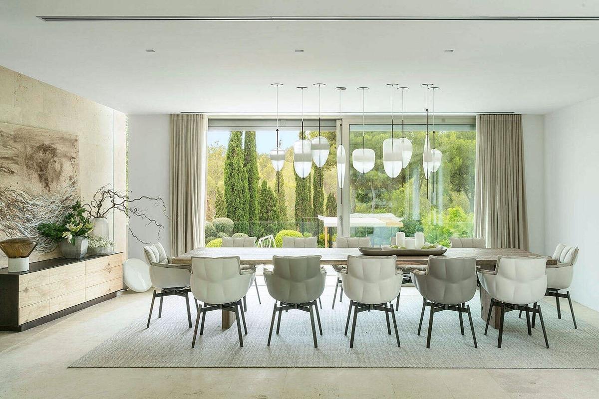 Nếu bạn có một vườn cây thì hãy tận dụng ngay thành một bức tranh tự nhiên cho phòng ăn nhà mình thông qua cửa kính nhé!