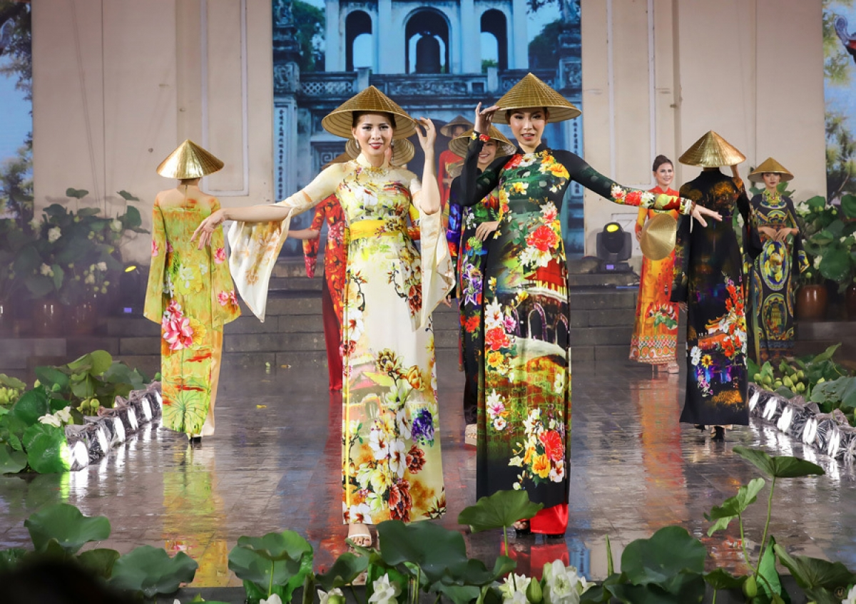 These special conical hats have been created by artisans from Kieu Ky craft village in Gia Lam district of Hanoi.