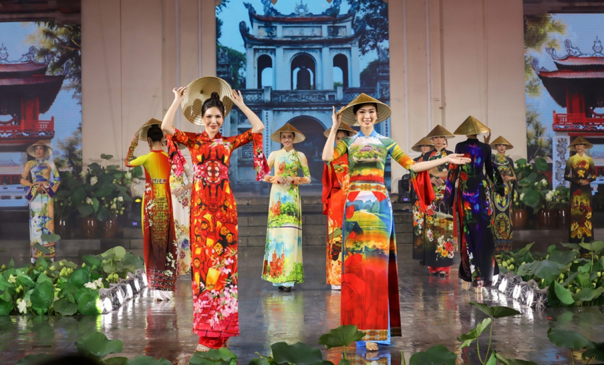 By coming up with collections featuring traditional Vietnamese clothing such as Ao Dai and Non La, designer Hoai Nam hopes to promote traditional culture whilst showcasing the nation's craft villages to the world.