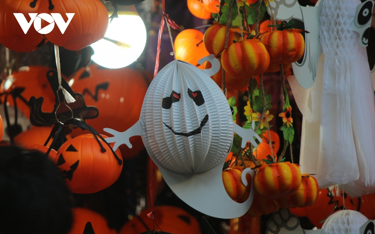 For this year's Halloween celebrations, new special ghost-shaped lanterns appear to be one of the most popular items among young people.