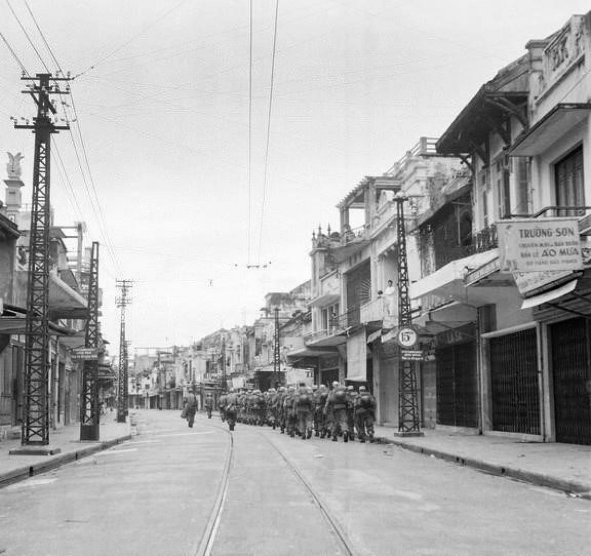 As French troops depart Hanoi, they head towards Long Bien bridge on October 9, 1954.