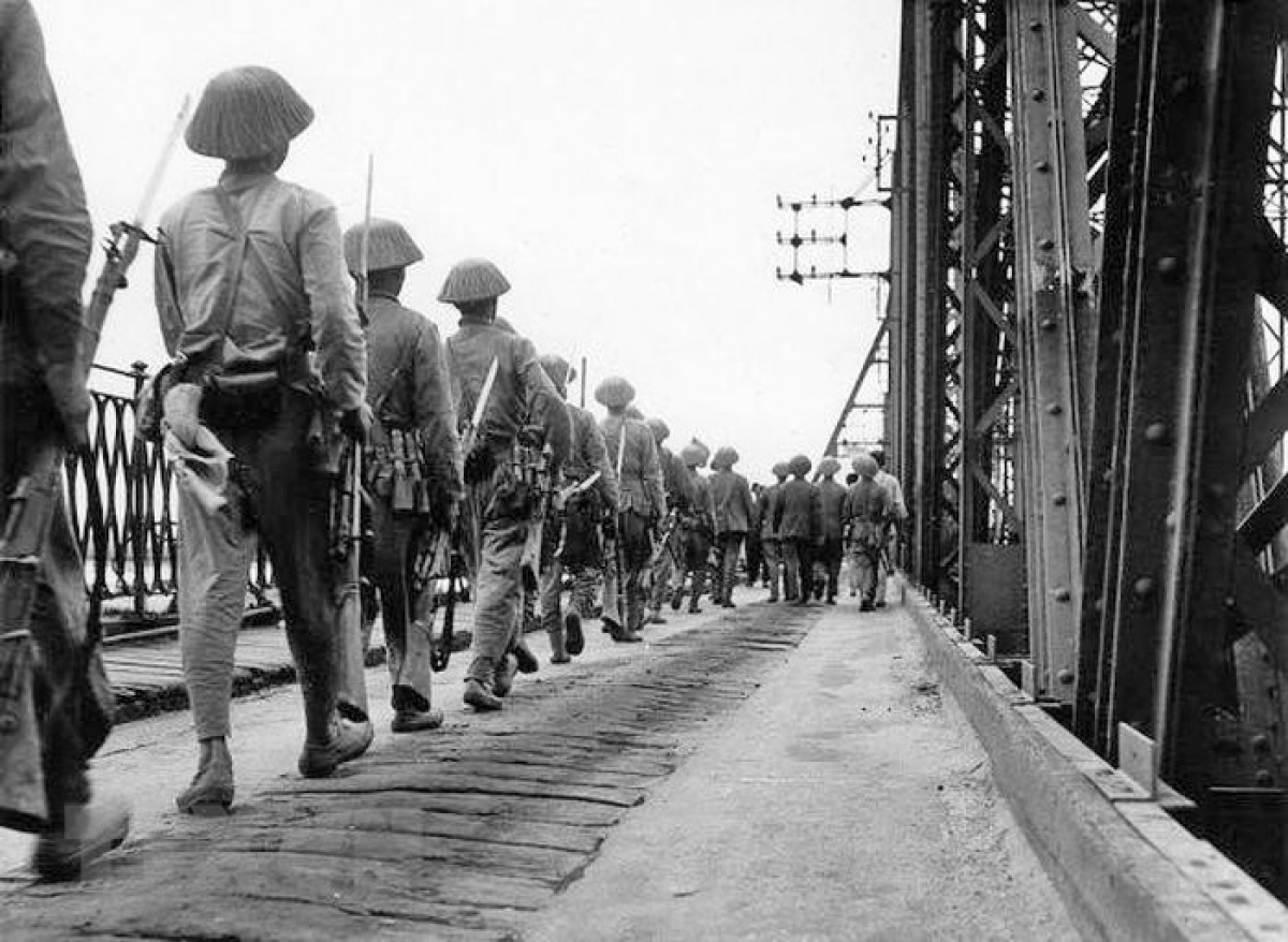 Simultaneously, liberation forces enter the capital via Long Bien bridge on October 9, 1954.