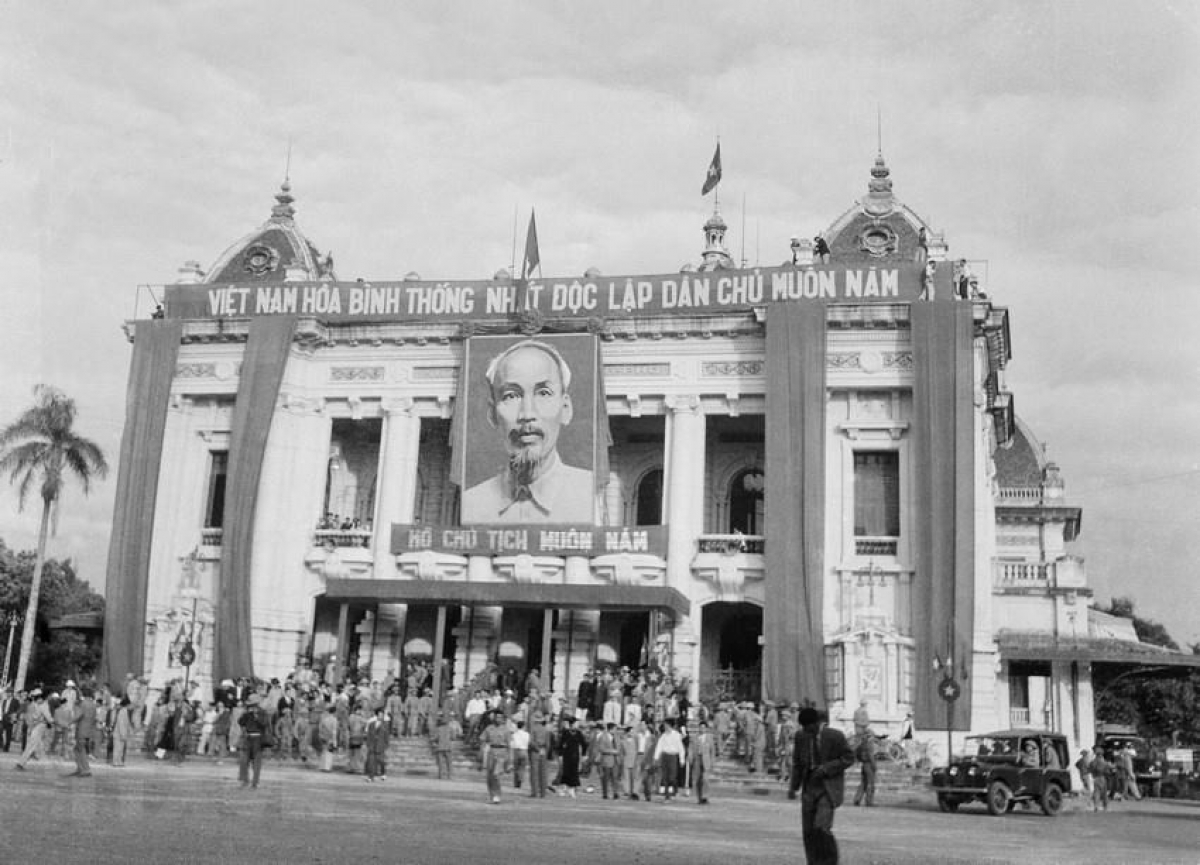 The scene captured in front of the Hanoi Opera House on October 10, 1954.