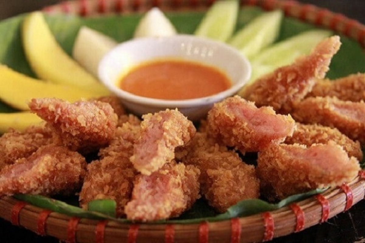 Nem chua ran, Vietnamesedeepfriedporkroll, is a crunchy and delicious porkroll that isbursting with sweet and sour flavors.