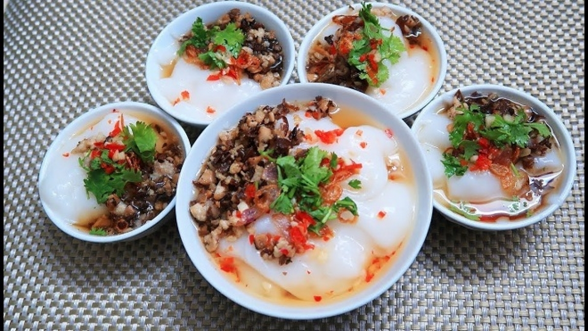 Banh ducis aVietnamesesteamed ricecake and it comes either sweet or savoury.