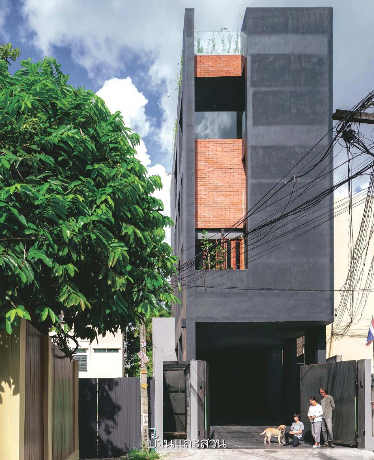 Ngôi nhà như một khối bê tông khổng lồ màu đen huyền bí.