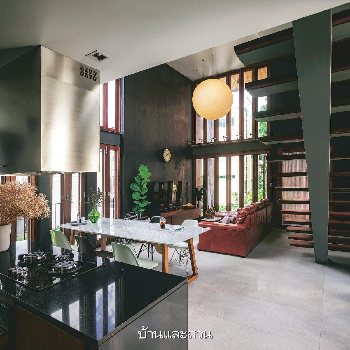 Phòng ăn và phòng khách được giao thoa với nhau tạo nên một không gian đa chiều, hiện đại.