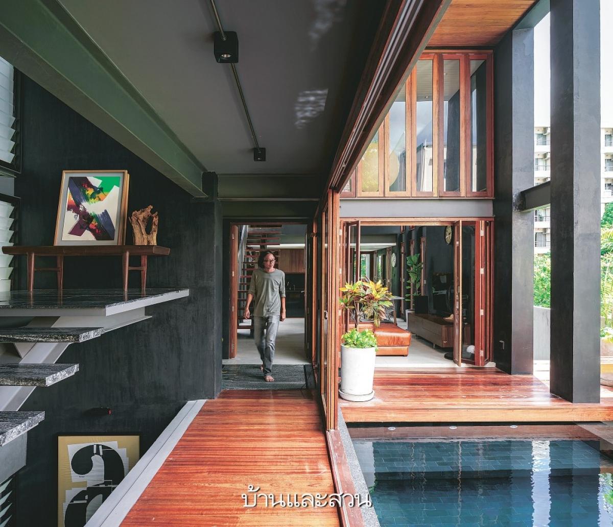 Men đen kết hợp hài hòa với màu gỗ, một chút sắc vị của đồ dùng trang trí tạo nên một căn nhà thẩm mỹ, nghệ thuật.