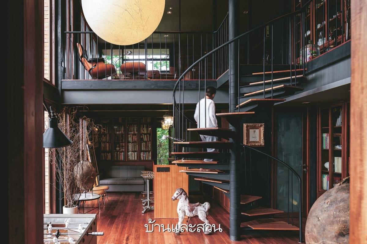 Cầu thang hình xoắn ốc tạo nên sự thú vị cho không gian.