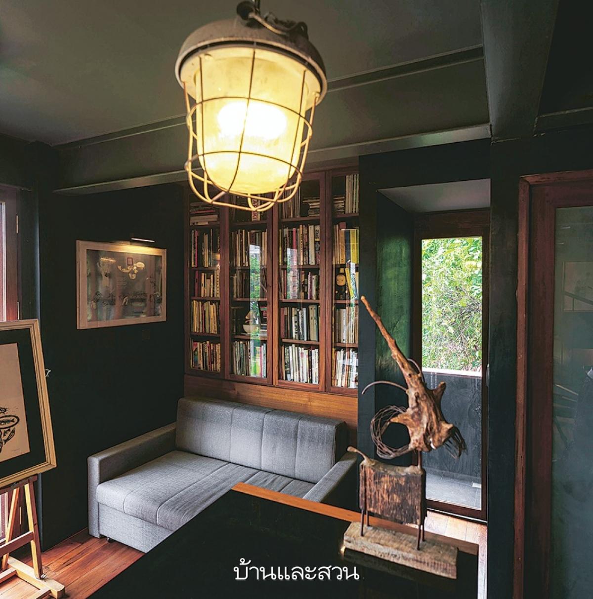 Tủ sách tích hợp như một bức tường, phía trước là chiếc ghế đệm phục vụ nhu cầu sử dụng.