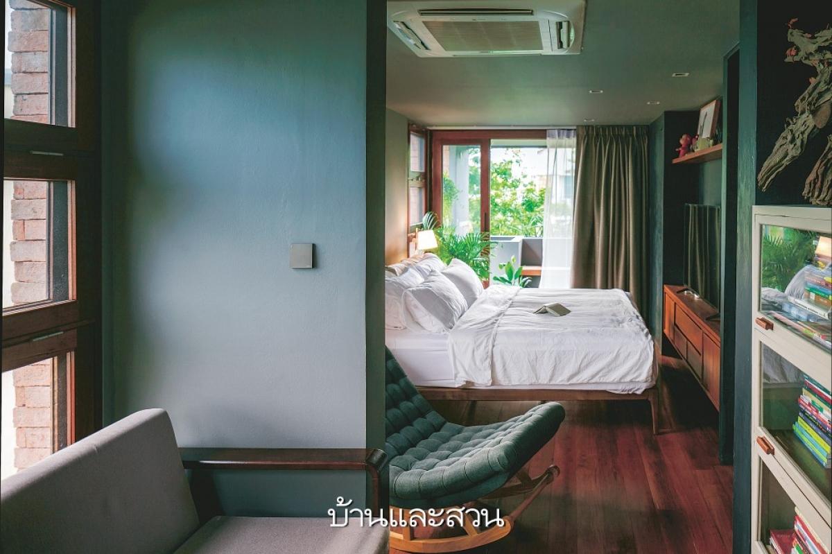 Phòng ngủ chính bên cạnh đi ra ban công là một khu vườn đầy rẫy cây xanh mang lại cảm giác yên bình, tĩnh lặng.