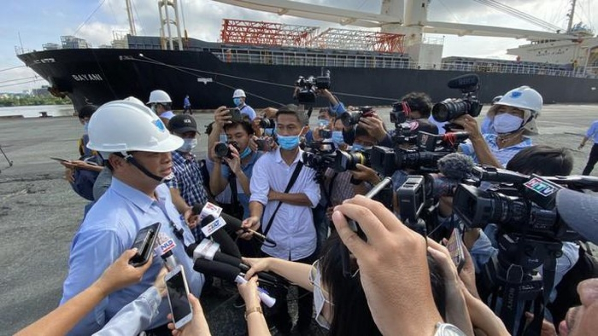 Nguyen Quoc Hung, deputy director of Sai Gon Port JSC, talks about plans to receive the first batch of carriages with the media.