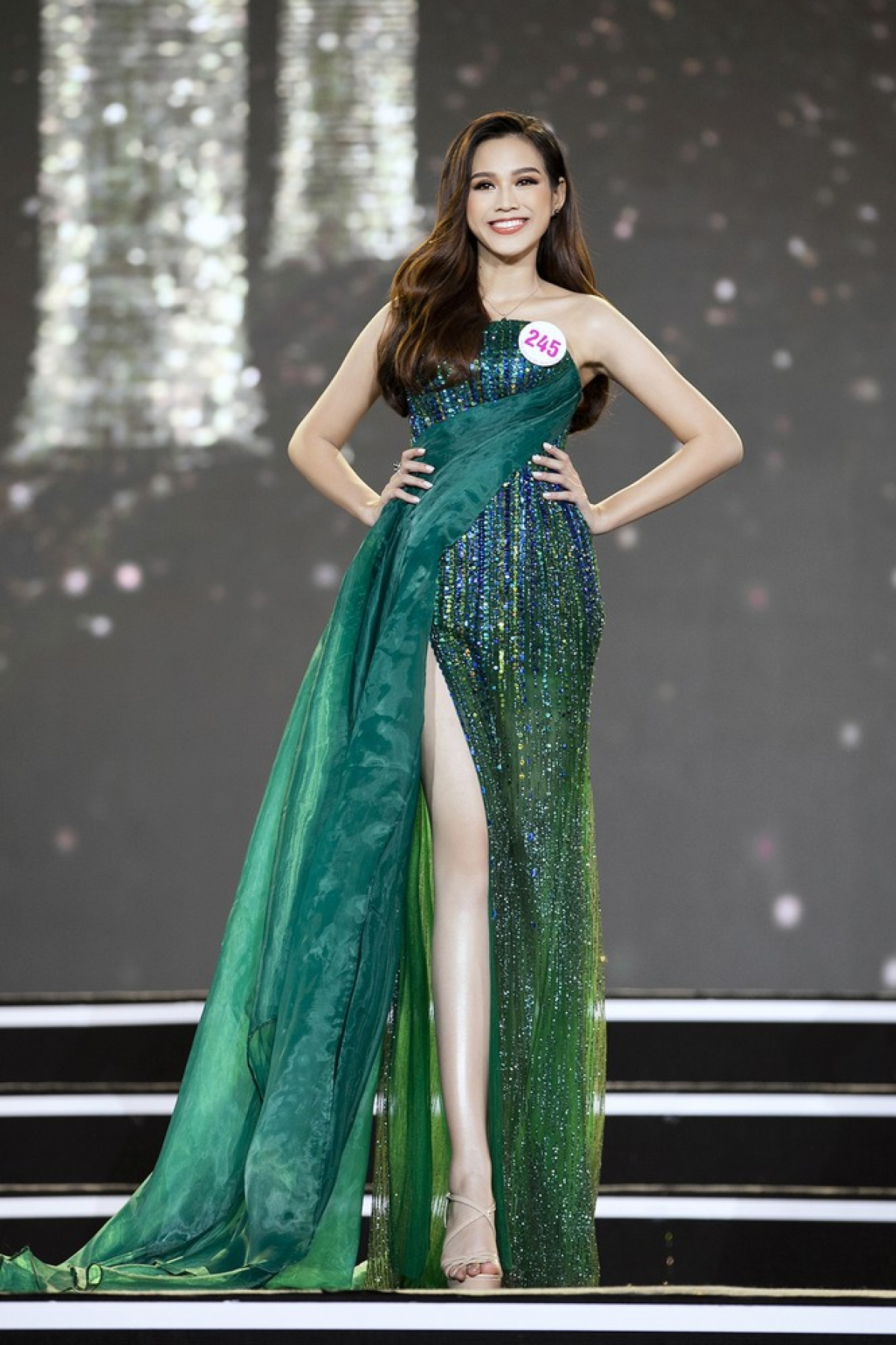 Do Thi Ha comes from the central province of Thanh Hoa and stands at 1.72 metres tall with measurements of 76-58–89.