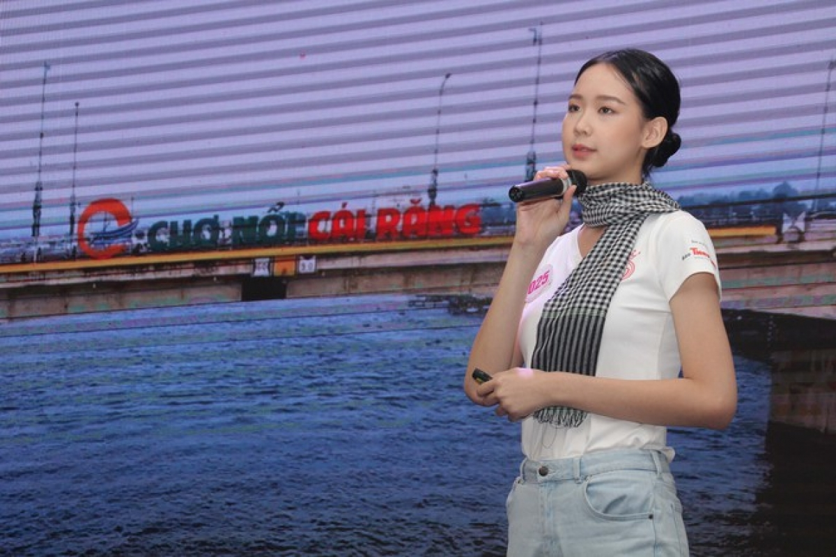 Le Nguyen Bao Ngoc gives a presentation in English detailing Cai Rang floating market in Can Tho city.